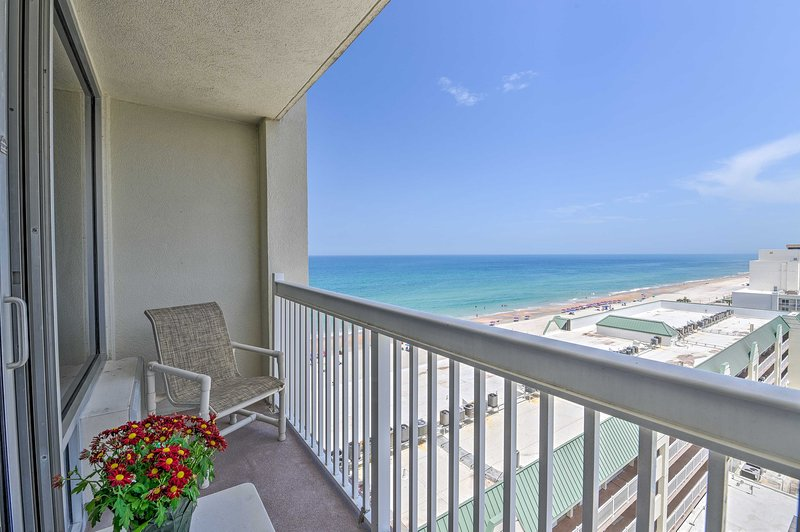 Daytona Beachfront Condo w/ Ocean View & Amenities, alquiler de vacaciones en Holly Hill