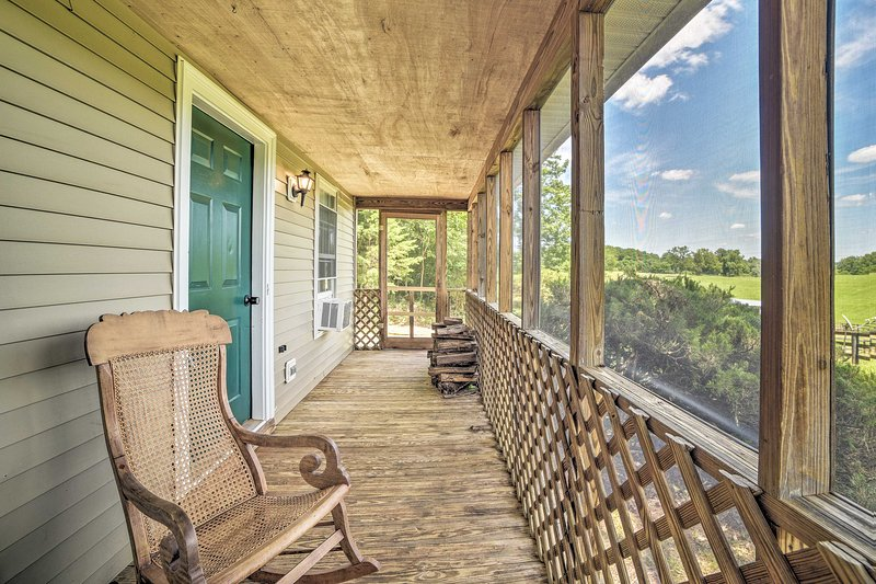 Cozy Rixeyville Cottage w/Deck, Grill, & Stabling!, vacation rental in Bealeton