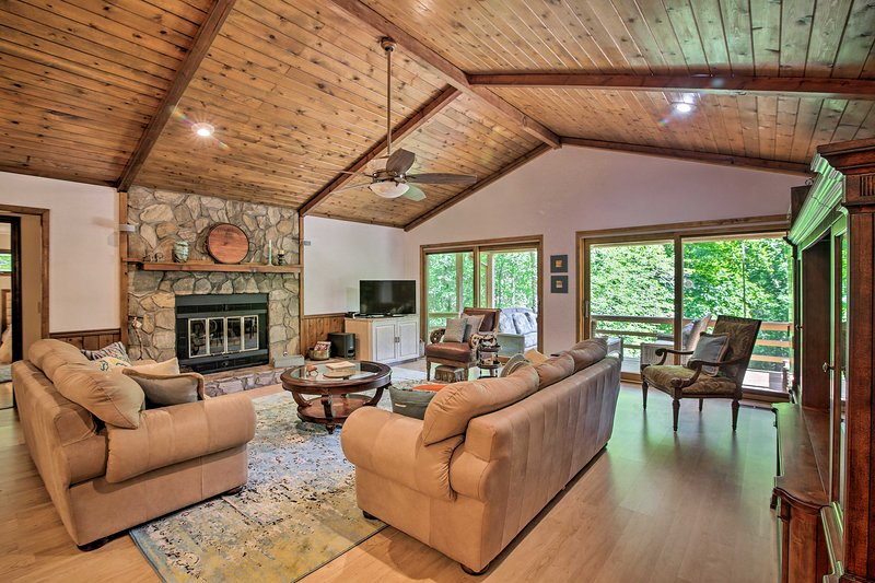 Scenic Sky Valley Home w/ Stunning Mtn Views!, holiday rental in Dillard