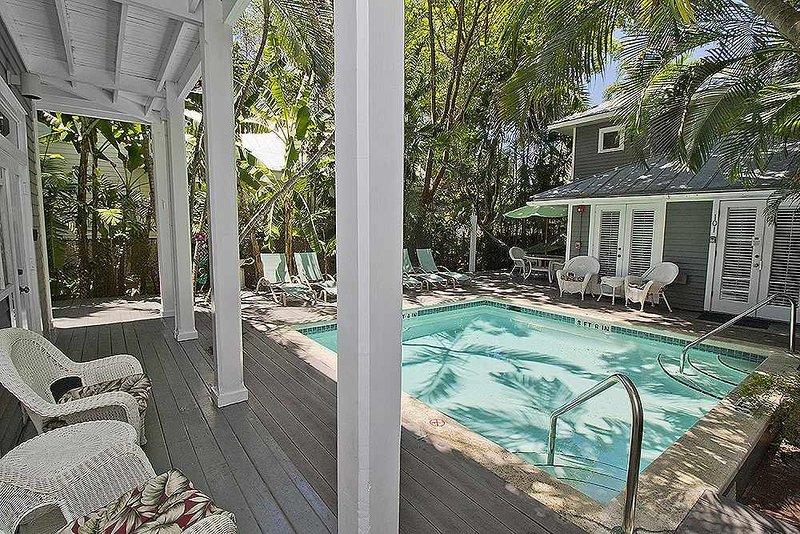 Você vai gostar de estar localizado no sopé de uma das piscinas compartilhadas!