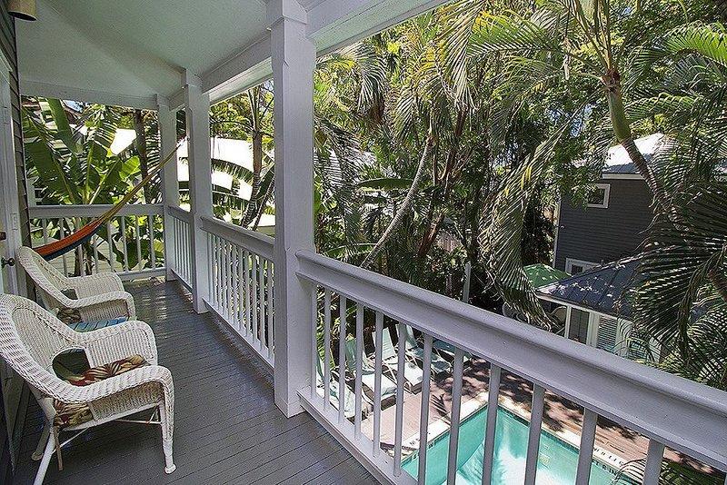 Respire o ar fresco em sua varanda no andar de cima privado depois de um dia fora!