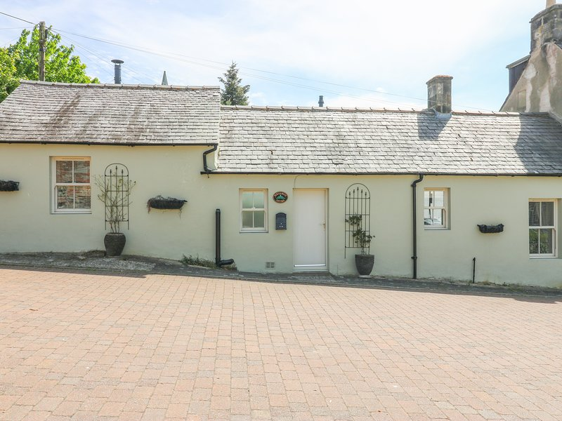 PARLIAMENT COTTAGE, open-plan layout, enclosed garden, in Langholm, vacation rental in Eskdalemuir