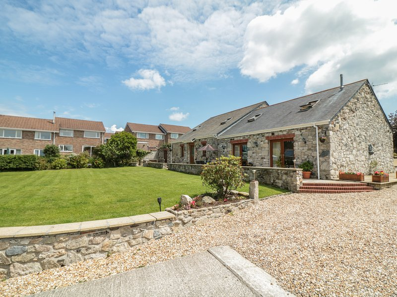 WOODSIDE BARNS, immaculate barn conversion, outstanding rural views, in St, holiday rental in High Street