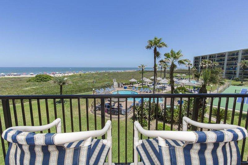Balcón privado con vista a la playa.