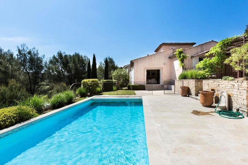 Spacious villa with swimming-pool, holiday rental in Alleins