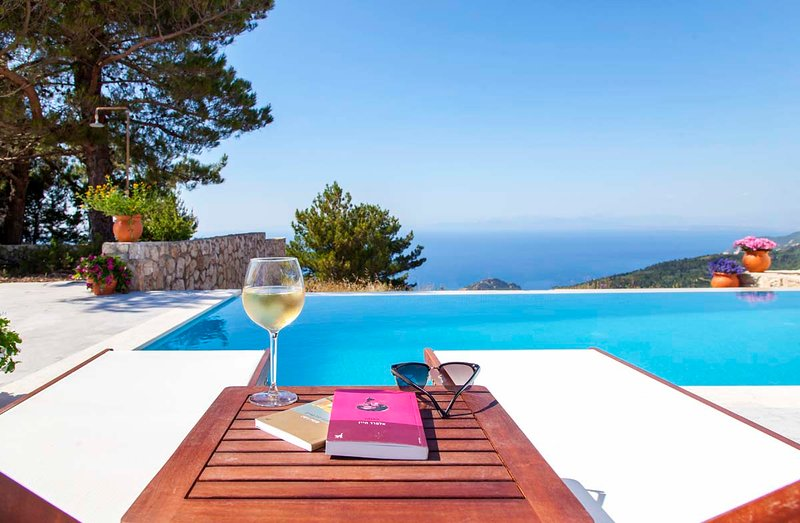 -10%At Modern GroupVilla With AmazingSunsets&Pool InKalamitsi Lefkada Until 18/7, vacation rental in Exanthia