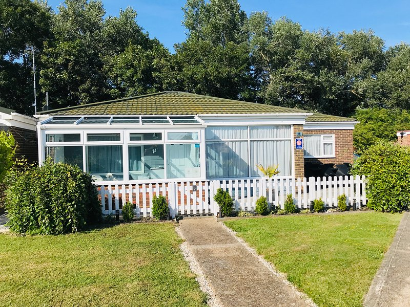 3 Bedroom Bungalow In Eastbourne with 4star rating, casa vacanza a Eastbourne