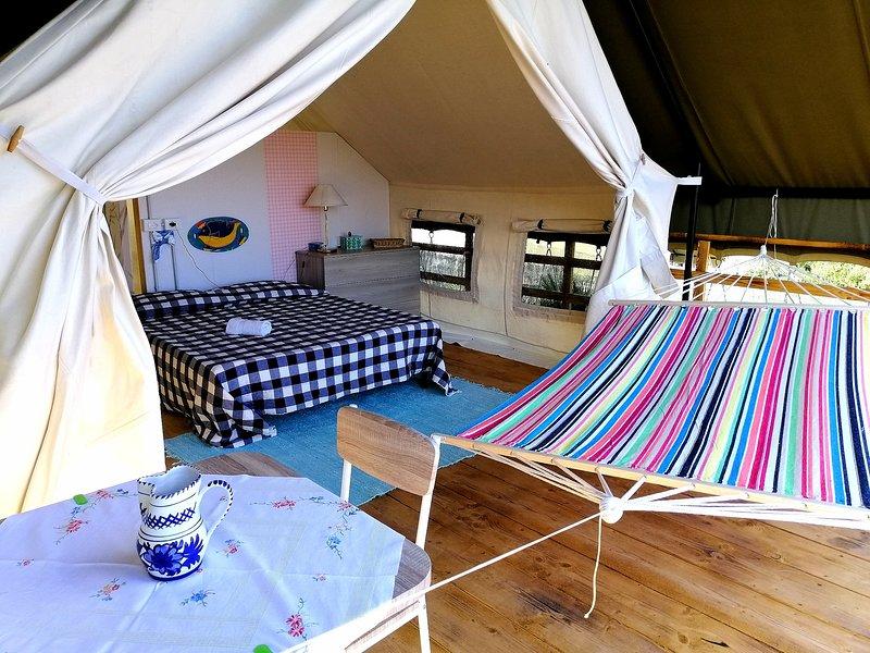 La carpa Safari ofrece una gran terraza con mesa y hamaca.