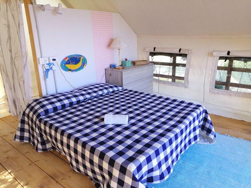 el dormitorio es amplio