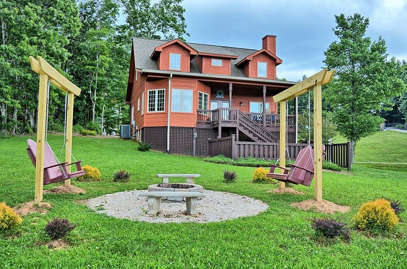 Sweet Serenity-3 BR Cabin with HOT TUB, VIEWS, FIRE PIT, Sleeps up to 8, Wi-Fi,, holiday rental in Jefferson