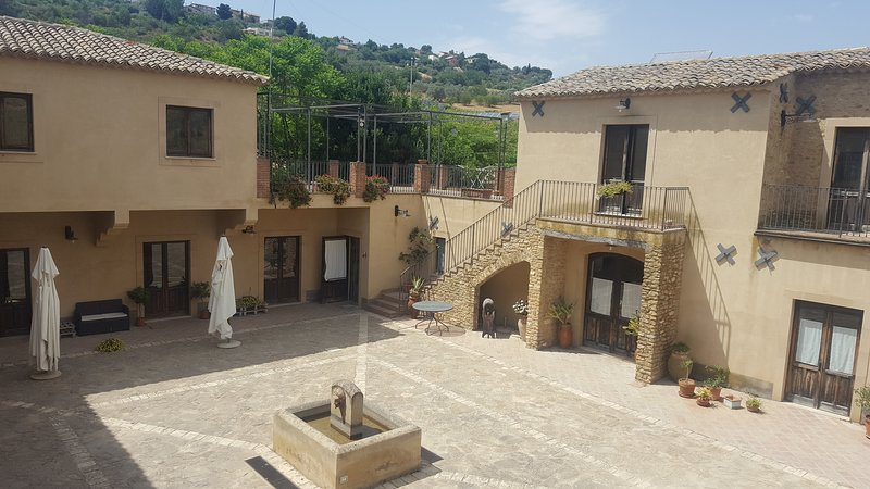 Agriturismo Il Casale delle Rose, 9 rooms, organic farm and swimming pool, vacation rental in Caltagirone