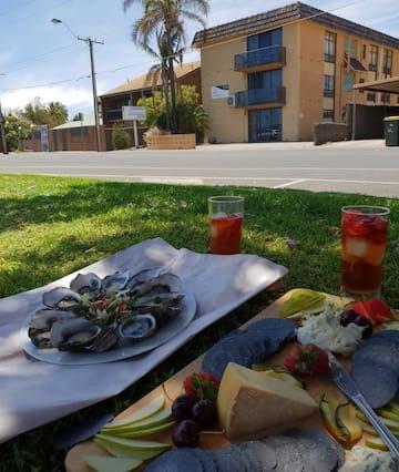¿Por qué no disfrutar de un picnic junto al río en el césped justo al frente de nuestro edificio?