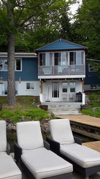 Kawartha's Chandos Lake Cottage 4 bedrooms, sleeps 10, sandy beach,3 bathrooms, alquiler de vacaciones en Gilmour