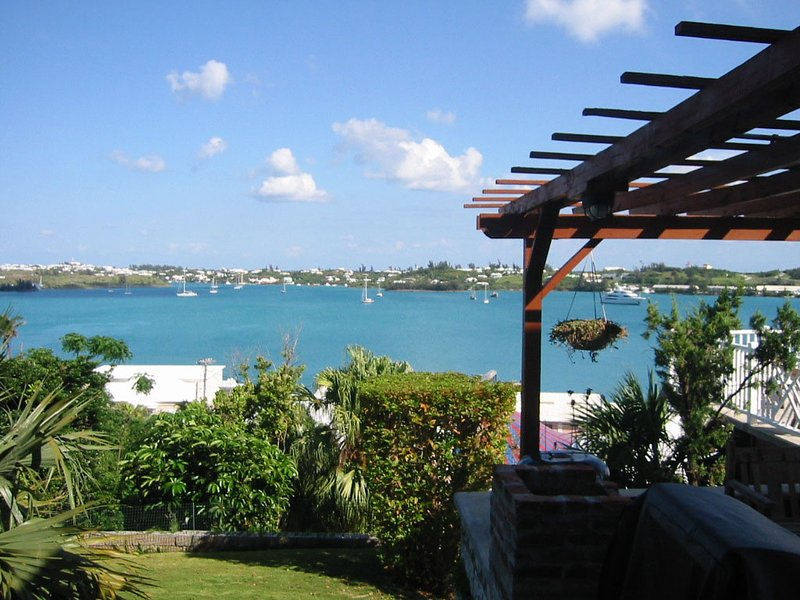 Quarterdeck Cabin Hillside Retreat with Pool and Views, holiday rental in Tucker's Town