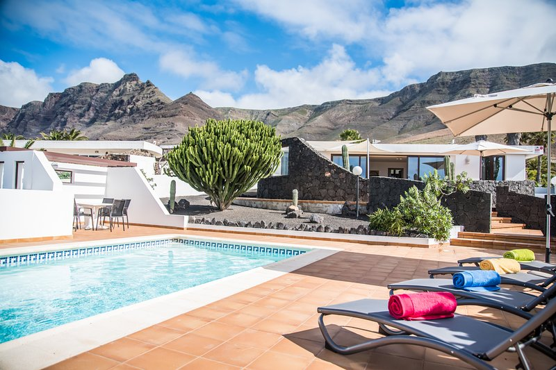 Villa Marquesa with private heated pool & sea views, vacation rental in Los Valles