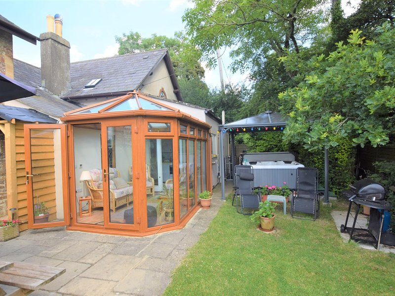 A wonderful garden ideal for al fresco dining while dipping in and out of the hot tub