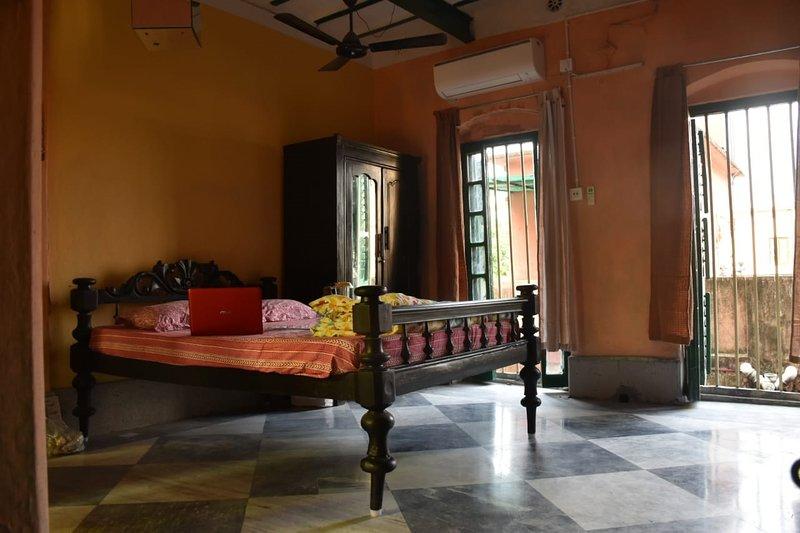 Dormitorio 2: aire acondicionado, queen-size con armario. Colchón adicional disponible bajo petición.