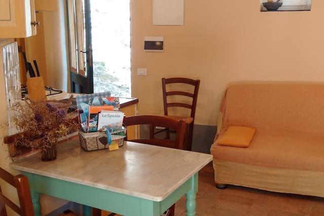 Amazing apt in Casté & Wifi, vacation rental in Ricco del Golfo di Spezia