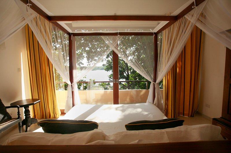 Serene Double room ensuite. Sea Heart House on Koggala Lake!, location de vacances à Koggala