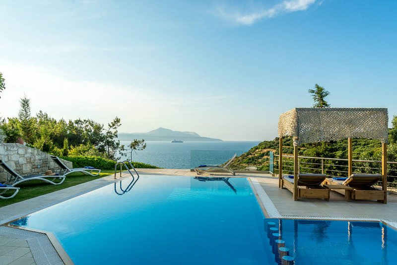 A luxury seafront villa with heated pool, location de vacances à Plaka