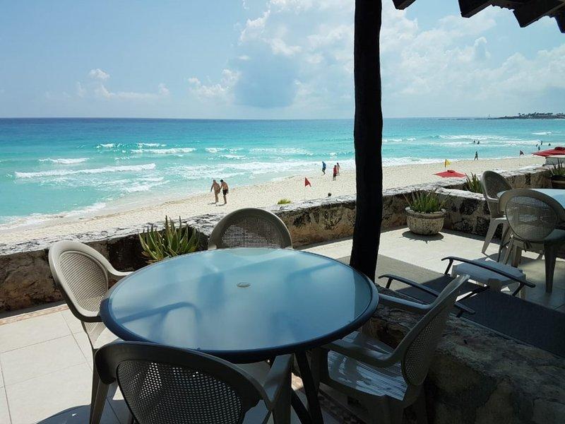 Large Cancun Ocean front  Suite KS bed + Sofa bed, location de vacances à Cancún