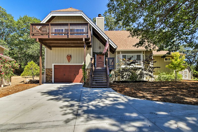 Lake Arrowhead Home w/ Fireplace + Game Room!, alquiler de vacaciones en Cedar Glen