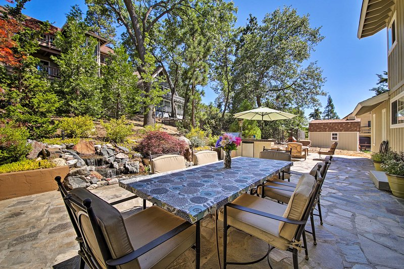 Dine al fresco with the group during your stay in Lake Arrowhead!