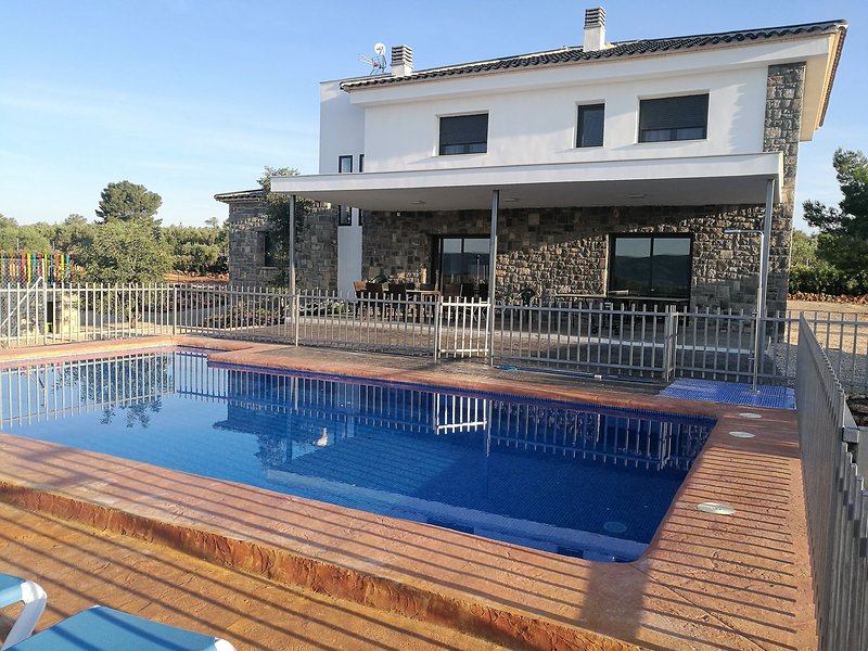 Exclusive villa in Valencia inland, private pool, football and basketball court., holiday rental in Manuel