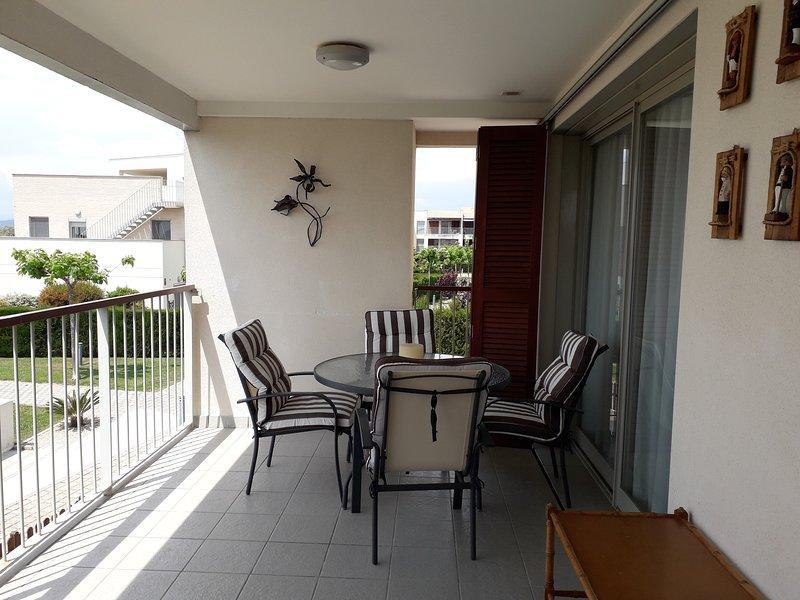 Terrasse mit Tisch und vier Stühlen