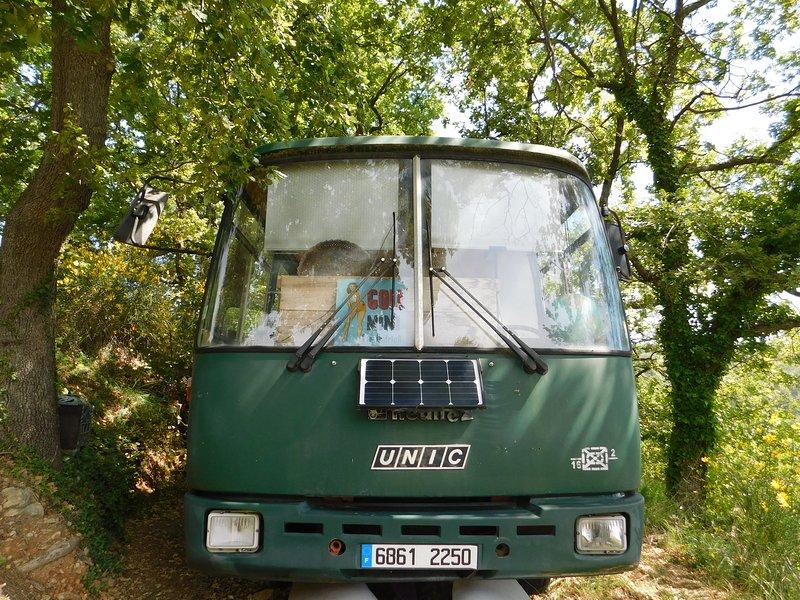 Stanza degli autobus nella foresta di Chateaudouble. Servizi igienici asciutti e bagno all'aperto. All'ombra