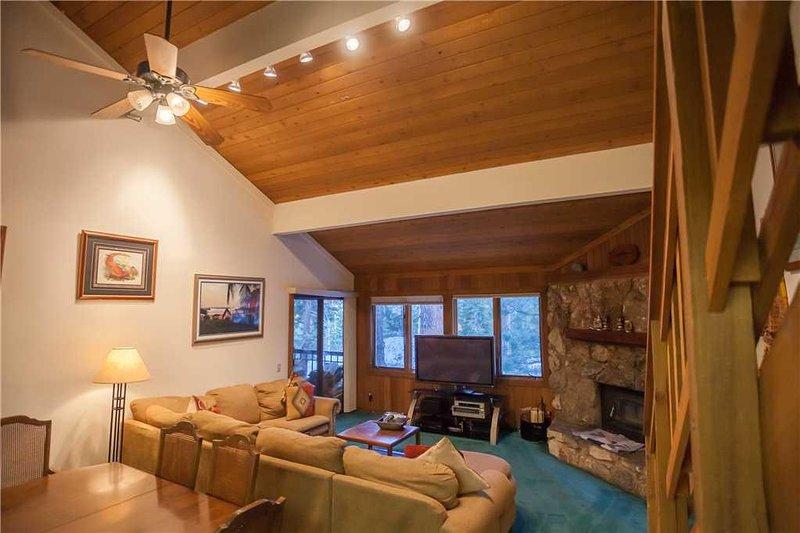 Ventilatore a soffitto, Edificio, Schermo, Ambientazione interna, Divano