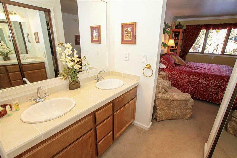 Indoors,Room,Furniture,Sink,Flower