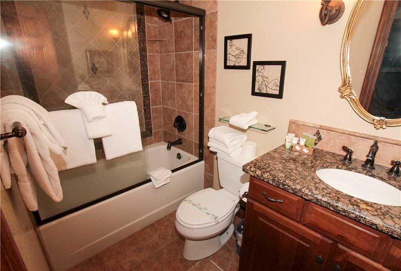 Intérieur, chambre, salle de bains, toilettes, lavabo