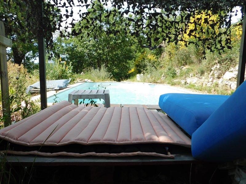 piscina vicino al bus, tranquilla, condivisa solo con noi. Il bagno è vicino