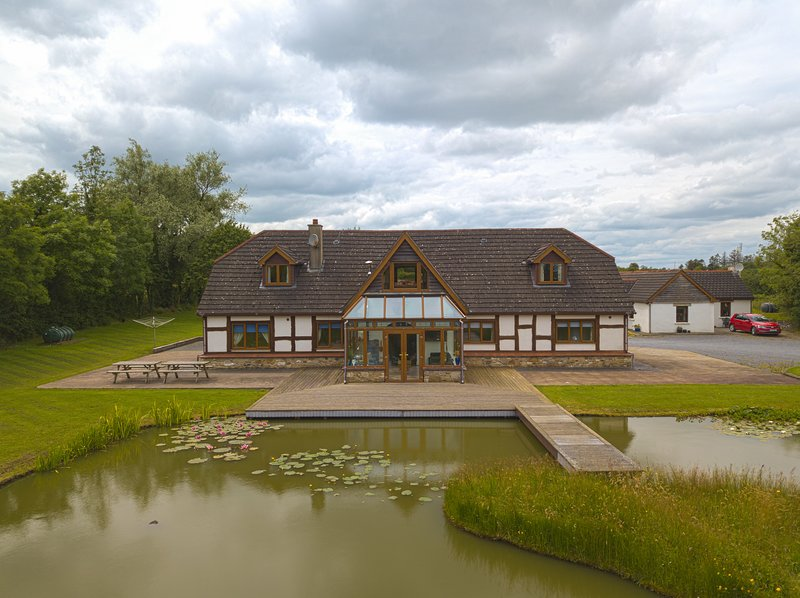 Stunning Lakeside Lodge set in 4 Acres of Beautiful Shannon Countryside, vacation rental in Dromod