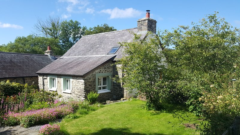 Stone cottage | Peaceful rural location | Romantic retreat | Smallholding | Eco, aluguéis de temporada em Llanon