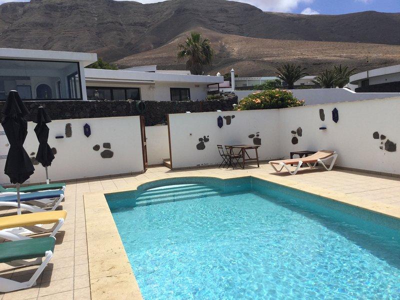 Peaceful comfortable accommodation with wonderful beach views and heated pool, aluguéis de temporada em Famara