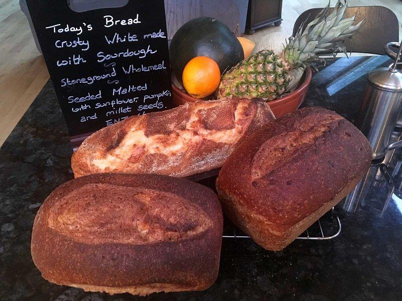 Zum Frühstück genießen Sie jeden Morgen köstliches, frisch gebackenes Brot.