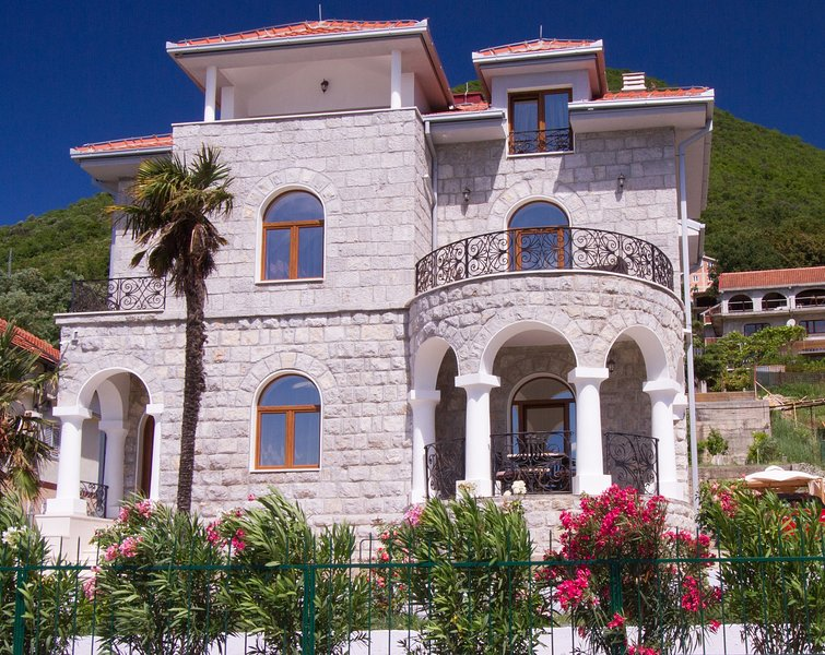 Luxury Villa Garden Beach with privat beach., vacation rental in Herceg-Novi Municipality