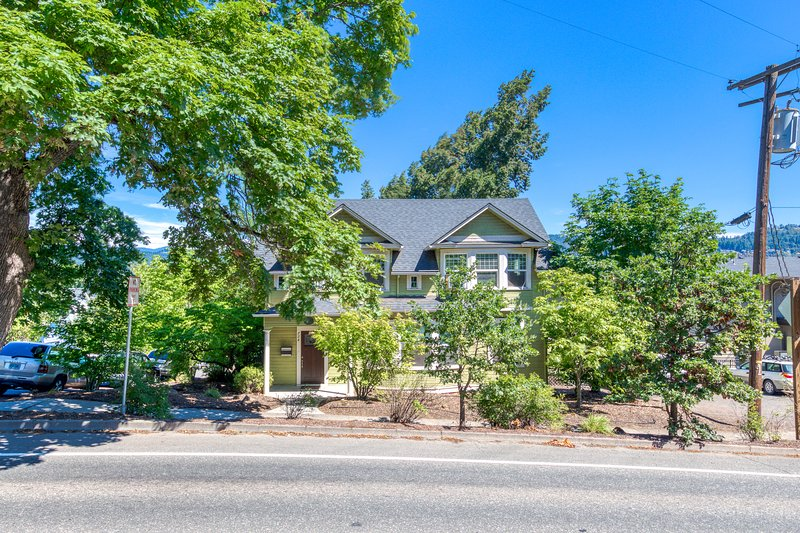Spacious downtown Craftsman w/ private hot tub and game room!, holiday rental in Parkdale