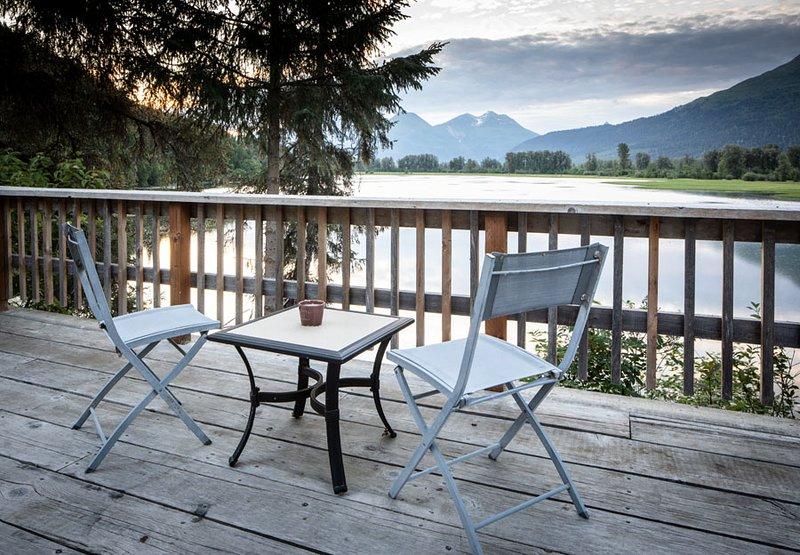 Swan View Cabin #1, lakefront, BBQ, canoe, mountain views, wildlife, rustic, location de vacances à Haines