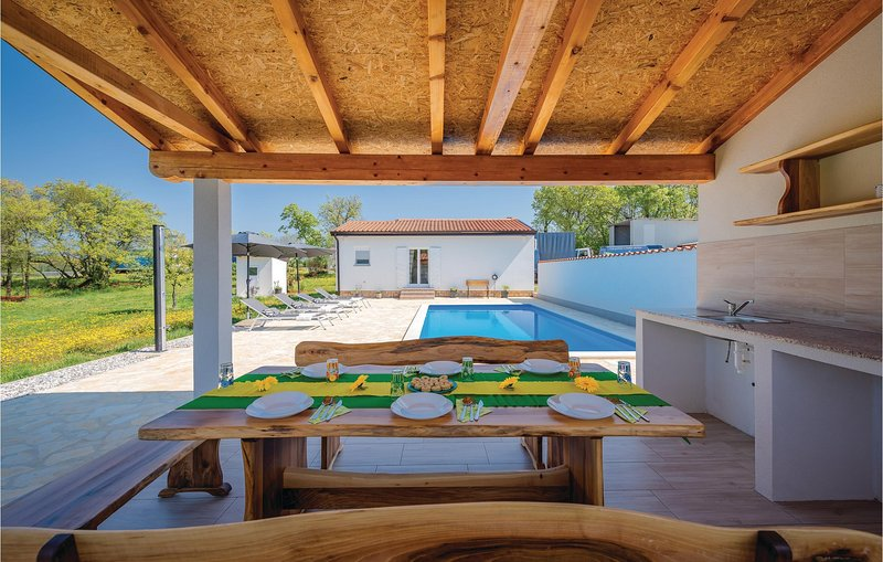 Stunning home in Buje with Outdoor swimming pool, WiFi and Outdoor swimming pool, location de vacances à Gamboci