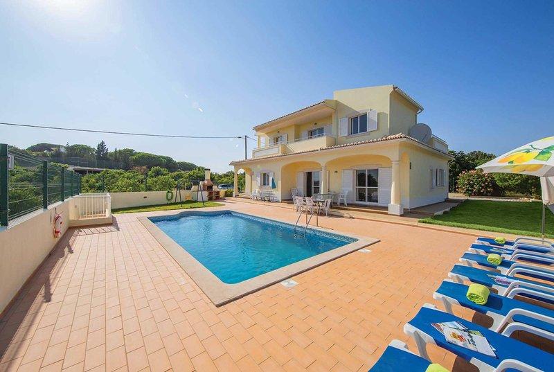 4 bed Villa, 5 minute drive from amenities – semesterbostad i Branqueira