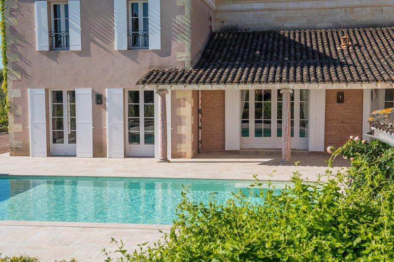Neac Chateau Sleeps 10 with Pool and Air Con - 5808957, casa vacanza a Saint-Hippolyte