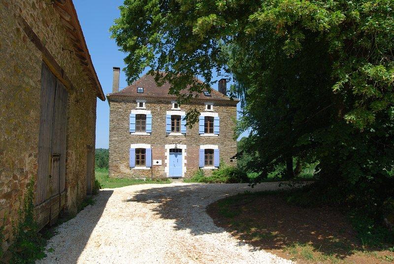 Large Stone Country House in private setting, location de vacances à Saint-Saud-Lacoussière