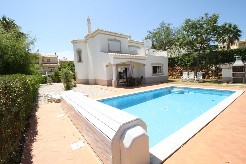 AT09 Luxury 4 bed villa with large pool area! Oasis Parque, Alvor, Portimao, location de vacances à Alvor