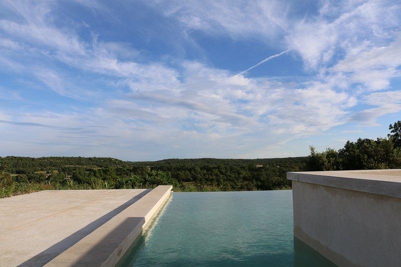 Maison calme, 4ch/7pers, avec piscine à débordement, holiday rental in Mejannes-le-Clap