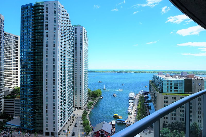PERFECT DOWNTOWN WATERFRONT LOCATION WITH GORGEOUS LAKE VIEW, vacation rental in Toronto