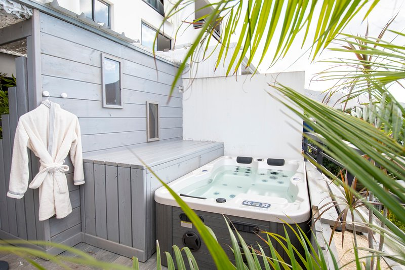 T2 Royalux, Penthouse 50m2 with Jacuzzi and Sauna, Near downtown, holiday rental in Saint-Denis