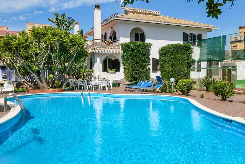 Impressive 5 Bed villa with pool & Tennis Court, vacation rental in Flumini
